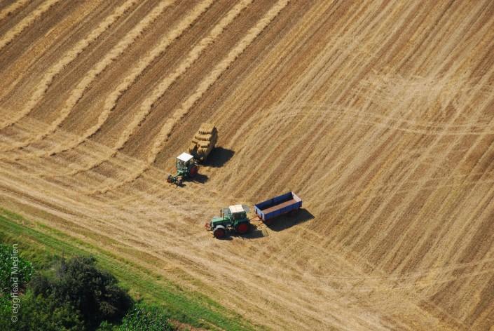 Luftbild Feldarbeit Traktoren