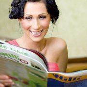 Frau beim WILLI lesen